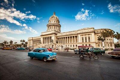 Canvastavlor Havanna, Kuba - 7 juni 2011: Gamla klassiska amerikanska bilturer i f