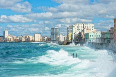 Canvastavlor Havanna skyline med stora vågor på havet