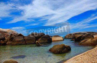 Canvastavlor Havet vacker beachand klart vatten frisk luft simning kallt hav.