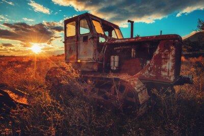 Canvastavlor HDR bild av gammal rostig traktor i ett fält. Solnedgång skott