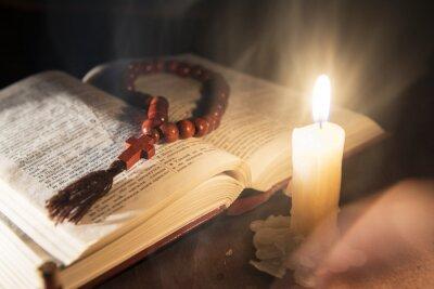 Canvastavlor heliga bok och kors på en trä bakgrund