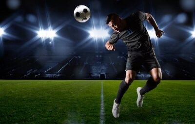 Canvastavlor Hispanic Fotbollsspelare rubrik bollen