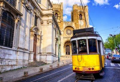 Canvastavlor Historisk gul spårvagn framför Lissabon katedralen, Lissabon,