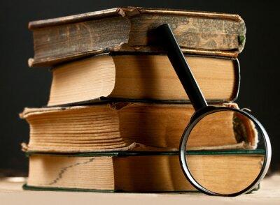 Canvastavlor Högen av gamla böcker med förstoringsglas