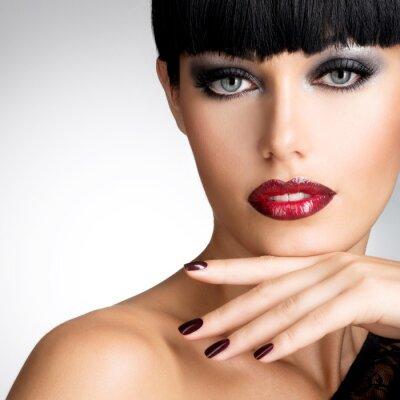 Canvastavlor Inför en kvinna med vackra mörka naglar och sexiga röda läppar