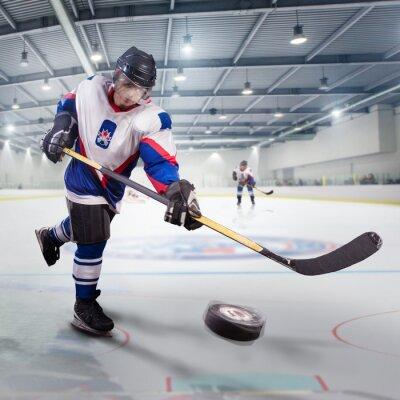 Canvastavlor Ishockeyspelare skjuter pucken och attacker