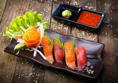 Canvastavlor Japanska lax, tonfisk sushi och sås närbild