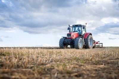 Canvastavlor Jordbruksmaskiner i förgrunden utför arbete på fältet.