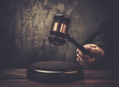 Canvastavlor Judge grepp hammare på träbord