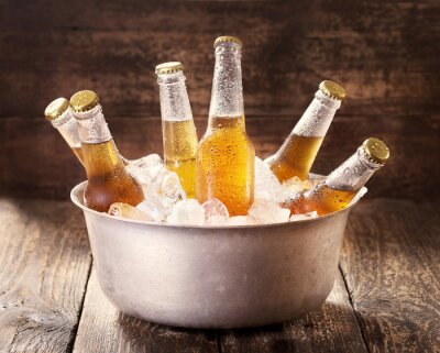 Canvastavlor kalla flaskor öl i hink med is