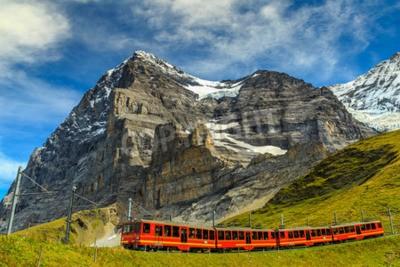 Canvastavlor Kända elektriska röd turisttåg kommer ner från Jungfraujoch station (Top of Europe) i Kleine Scheidegg, Berner Oberland, Schweiz, Europa
