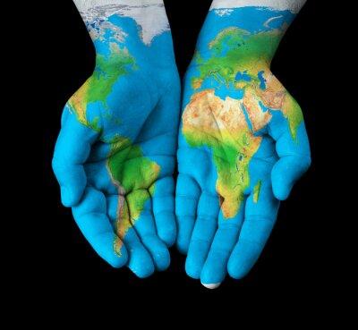Canvastavlor Karta målade på händer visar koncept - världen i våra händer