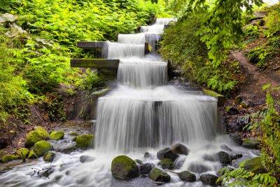 Canvastavlor Kaskad vattenfall i parken Planten un Blomen i Hamburg