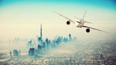 Canvastavlor Kommersiella flygplan flyger över modern stad
