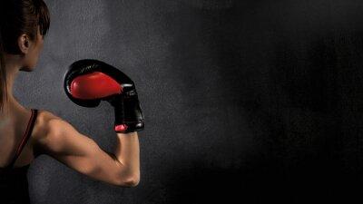 Canvastavlor Kvinna Boxer Biceps med Red boxningshandskar på svart bakgrund, hög kontrast med mättad grunge filter