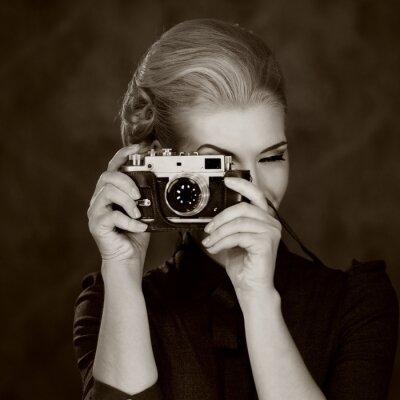 Canvastavlor Kvinna i klassisk klänning med retro kamera.