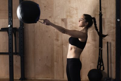 Canvastavlor Kvinna lyft vikt boll på gymmet