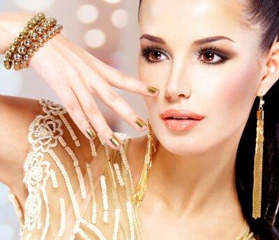 Canvastavlor Kvinna med gyllene naglar och vackra guldsmycken