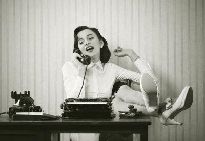 Canvastavlor Kvinna pratar i telefon vid skrivbord