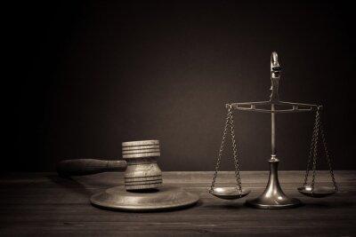 Canvastavlor Lagen skalor, domare klubban på tabellen. Symbol för rättvisa