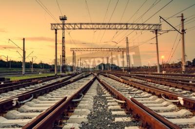 Canvastavlor Last tåg plattform vid solnedgången. Järnvägen i Donetsk. Tågstation