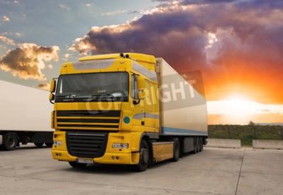 Canvastavlor Lastbil - godstransporter med sol