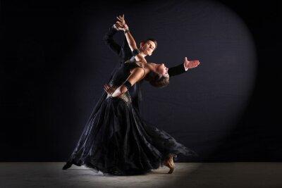 Canvastavlor Latino dansare i balsalen isolerat på svart