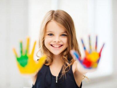 Canvastavlor leende flicka som visar målade händer