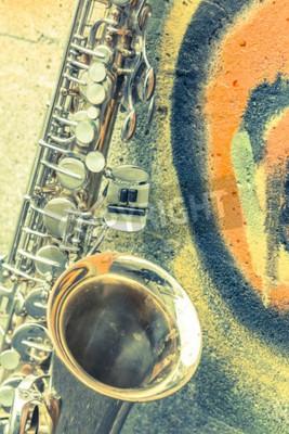 Canvastavlor Lone gammal saxofon lutar mot tegelväggen utanför övergiven jazzklubb