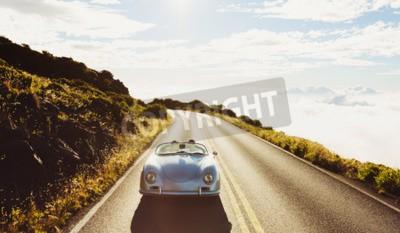 Canvastavlor Lyckliga paret köra på landsväg i Classic Vintage sportbil