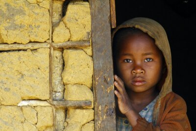 Canvastavlor Madagaskar-blyg och fattiga afrikanska flicka med huvudduk