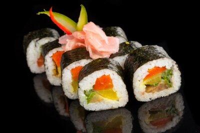 Canvastavlor Maki sushi serveras på svart bakgrund