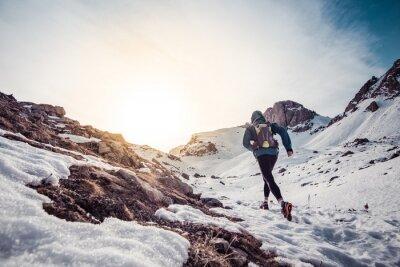 Canvastavlor Man kör på snö på ett berg
