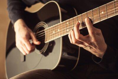 Canvastavlor Män spelar gitarr närbild