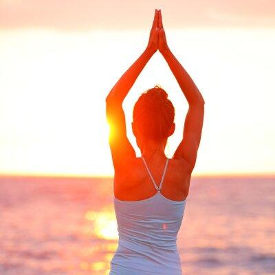 Canvastavlor Meditationyoga kvinna mediterar på stranden solnedgång