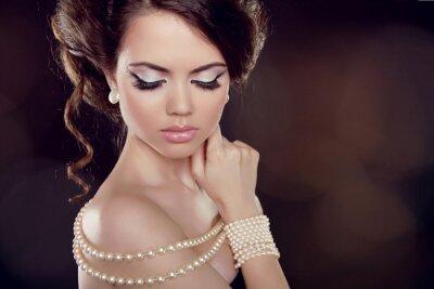 Canvastavlor Mode kvinna med ett pärlhalsband på blottade axlar