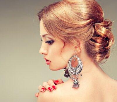 Canvastavlor Modell med röda naglar och en söt frisyr