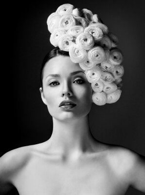 Canvastavlor modell med stor frisyr och blommor i håret.