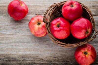 Canvastavlor Mogna röda äpplen på trä bakgrund.
