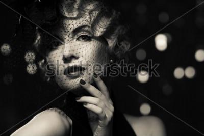 Canvastavlor Monokrom bild av elegant blond retro kvinna med liten hatt med slöja