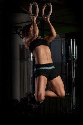Canvastavlor Montera ung kvinna på gymnast ringar