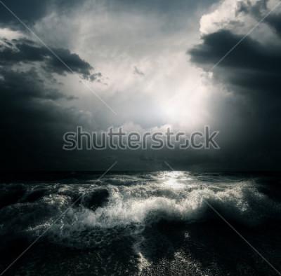 Canvastavlor Mörka stormmoln och stora vågor på havet