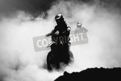 Canvastavlor Motocross racer accelererar i damm spår, svart och vitt, hög kontrast foto
