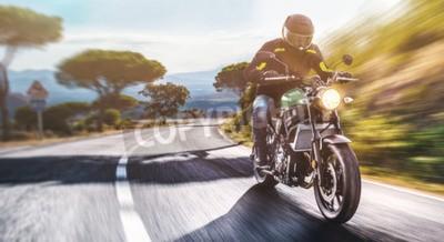 Canvastavlor motorcykel på vägen ridning. ha kul att köra den tomma vägen på en motorcykelresa. copyspace för din individuella text.