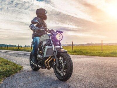 Canvastavlor motorcykel på vägen ridning. ha kul ridning tom väg på en motorcykel tur / resa