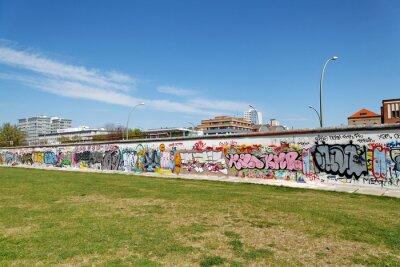 Canvastavlor Mur et pelouse verte. Berlin.
