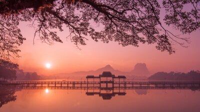 Canvastavlor Myanmar (Burma) Hpa En lake på soluppgången. Asiatiska landmärke och resmålet