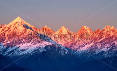 Canvastavlor nära skott av rödaktiga bergstoppar under solnedgången