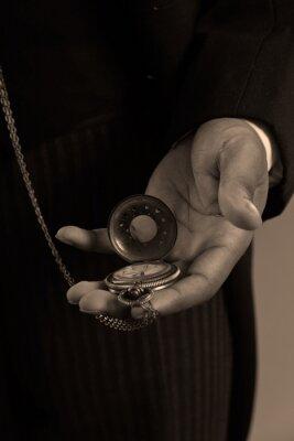 Canvastavlor Närbild av handen av afro amerikansk man som håller en vintage timepiec
