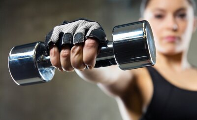 Canvastavlor närbild av sportig kvinna med stål hantel